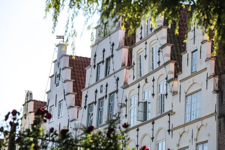 Am Marktplatz von Friedrichstadt zeugen die Giebelhäuser von der Vergangenheit des Ortes.