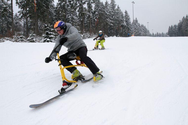 Im Skigebiet Silbersattel in Steinach haben Winterurlauber gern Spaß auf dem Snowbike.