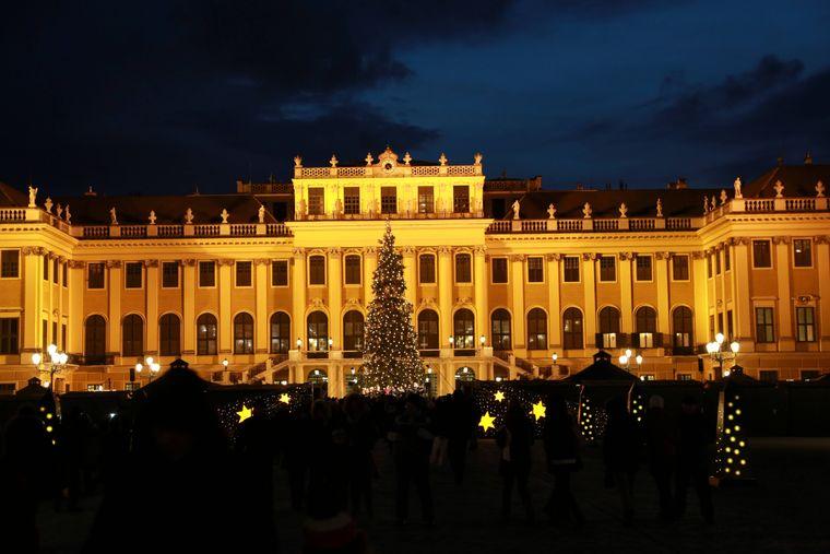 Der Weihnachtsmarkt vor dem Schloss Schönbrunn in Wien.