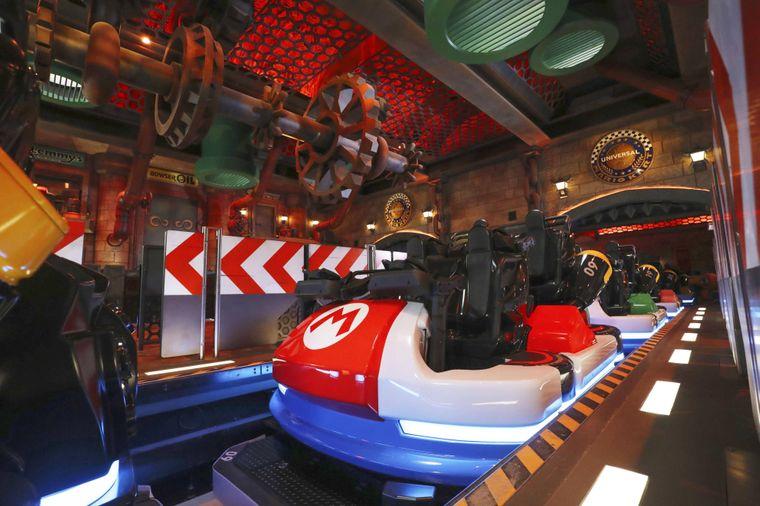 Auf der Mario-Kart-Achterbahn treten die Gäste gegeneinander in den Wettstreit.