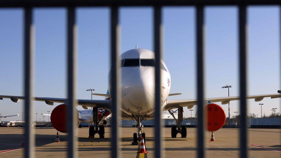 Ein Flugzeug von Eurowings steht während der Corona-Krise hinter einem Gitterzaun am Köln-Bonn-Airport. Die deutsche Regierung plant offenbar ein Einreiseverbot für Virusvarianten-Länder.