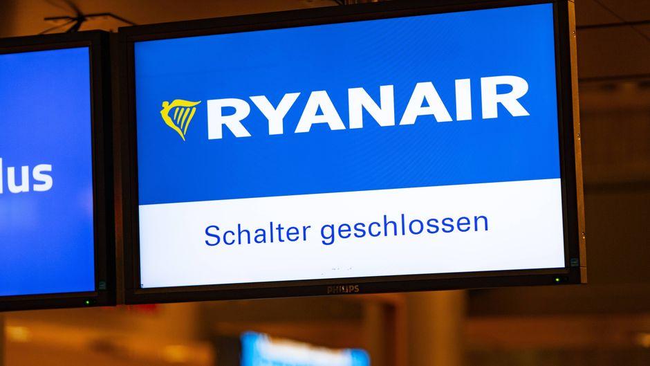 Anzeige informiert über geschlossenen Ryanair-Schalter in Hamburg.