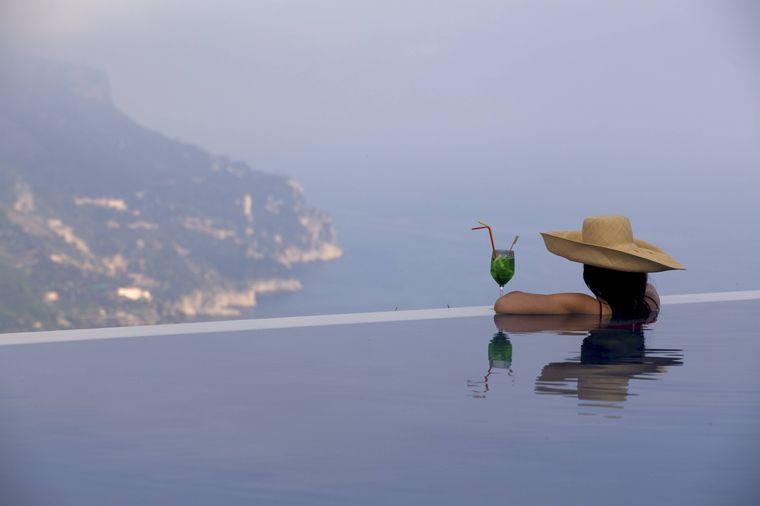 Aus dem Pool des Caruso Hotels erschließt sich ein traumhafter Blick über die italienische Amalfiküste.
