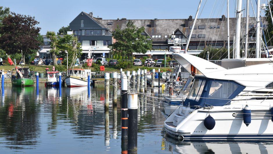 Der Strander Hafen ist ein Hingucker mit Luxusjachten und Fischerbooten. Direkt hinter dem Wasserbecken gibt es zahlreiche Restaurants.