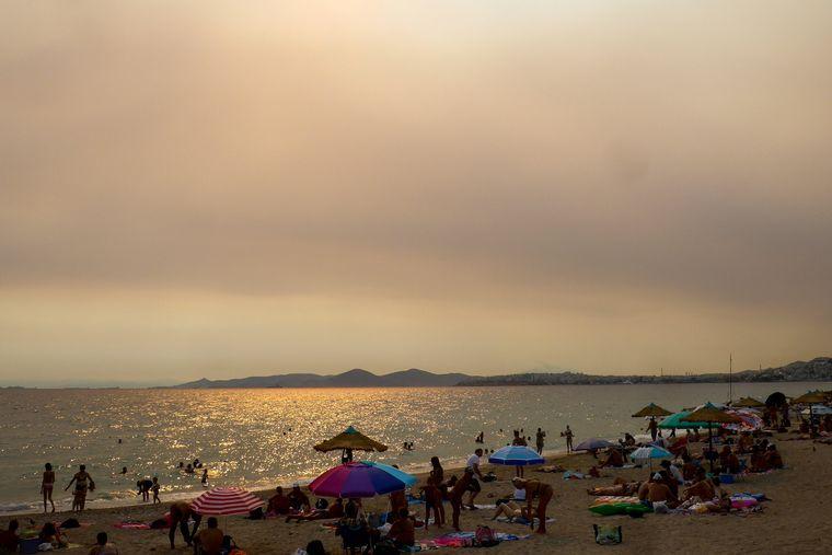 Rauchwolken sind von Athen aus zu sehen, ausgelöst durch die verheerenden Feuer auf der benachbarten Insel Euböa.