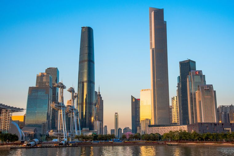 Gegenüber dem höchsten Gebäude der Stadt, dem CTF Finance Center, befindet sich mit 438 Metern Höhe das kleinere Guangzhou International Finance Center.