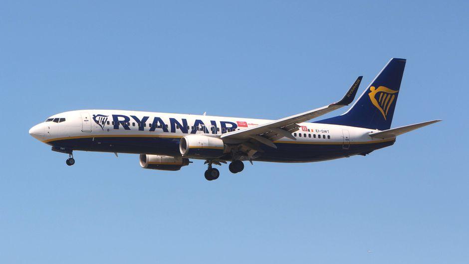 Ryanair-Flugzeug am Himmel.