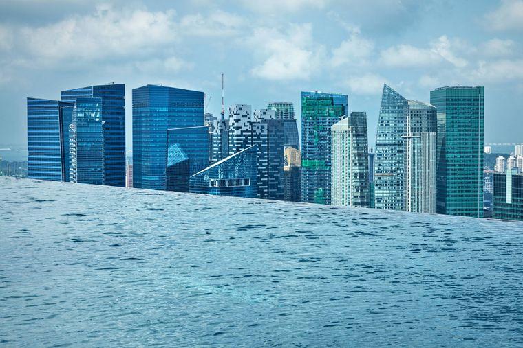 """Der wohl bekannteste Infinity Pool ist Teil des """"Marina Bay Sands"""" Hotels in Singapur."""