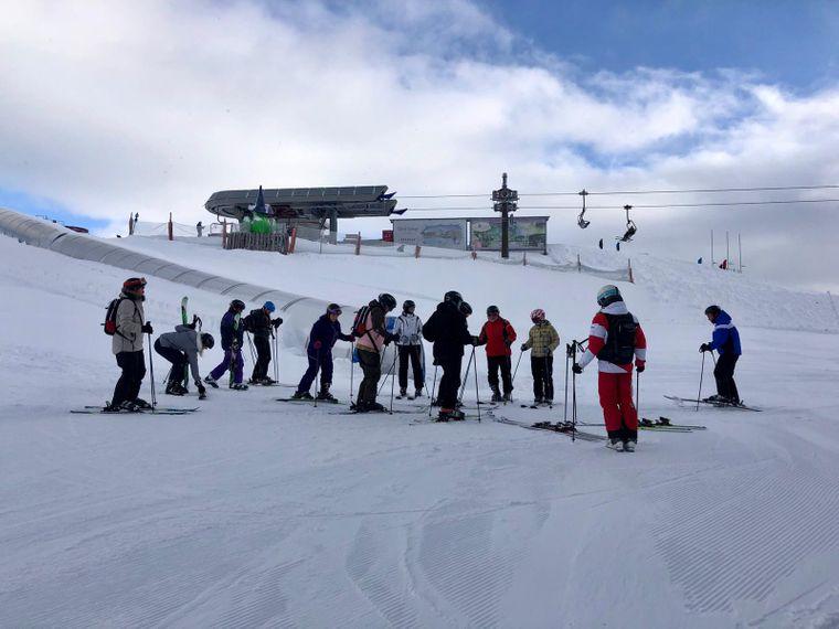 Zwölf Anfänger und die Skilehrerin. Der Auftakt unseres Experimentes in Ellmis Winterwelt.