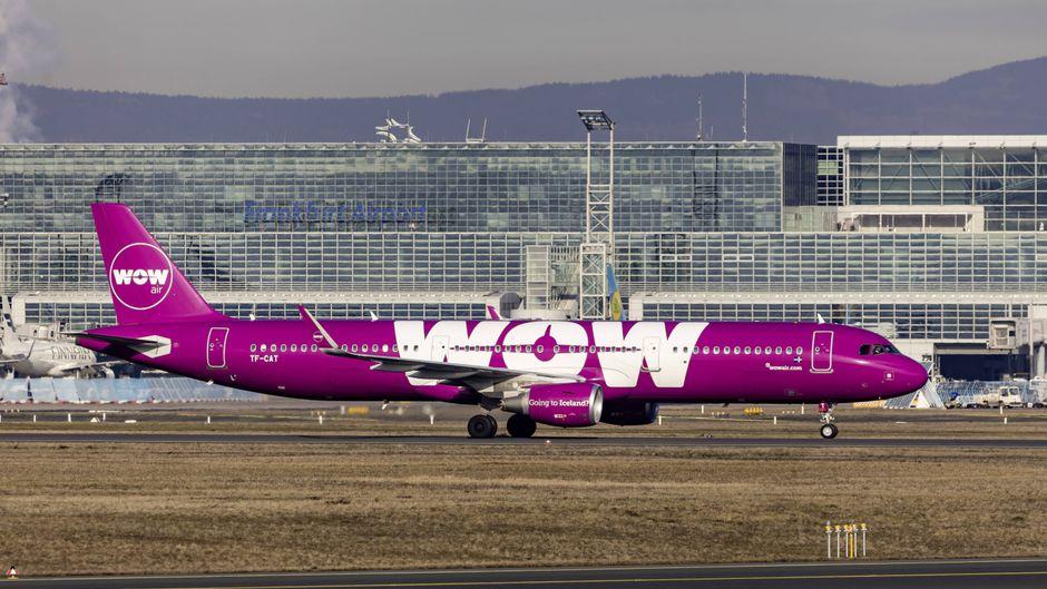 Eine Maschine von Wow Air steht in Frankfurt am Flughafen – die Flugzeuge werden künftig nicht mehr abheben.