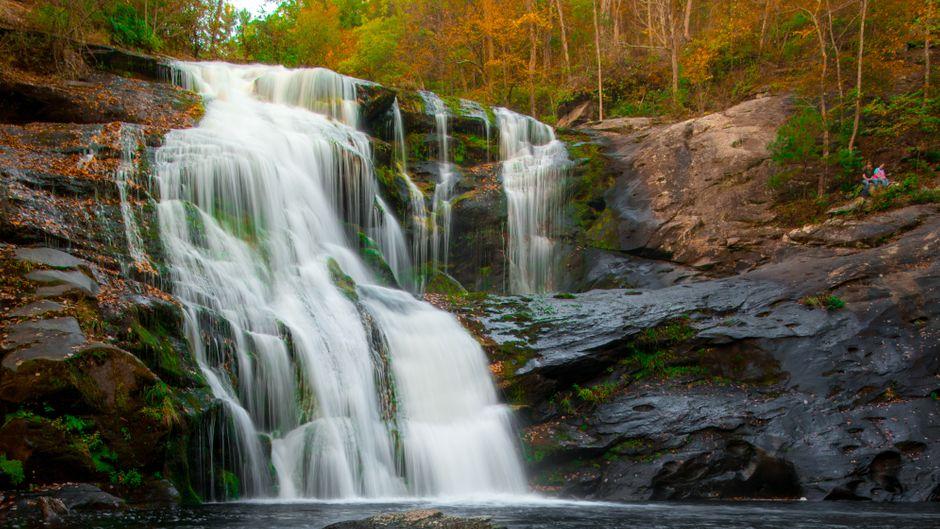 Wasserfall im Herbst.