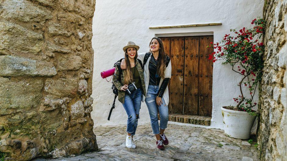 Zwei Freundinnen unterwegs beim Städtetrip
