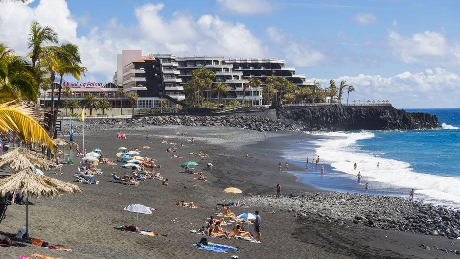 Der schwarze Strand auf la Palma ist bei Touristen beliebt.