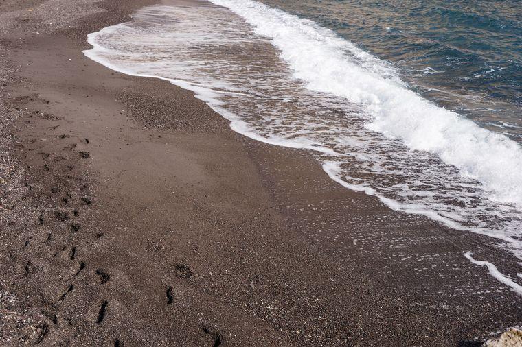 Der schwarze Strand auf der Vulkaninsel Santorin.