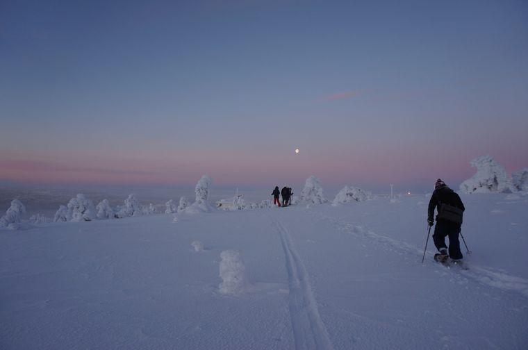 Schneeschuhwandern sieht leicht aus, macht aber warm – selbst bei minus zehn Grad.