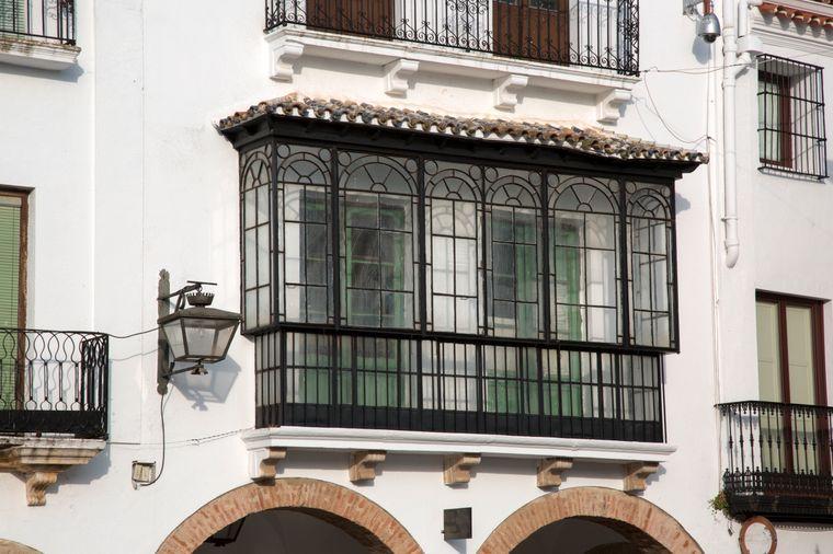 Weiße Häuser mit schmiedeeisernen Balkone ziehen sich entlang der gepflasterten Straßen in Zafra.