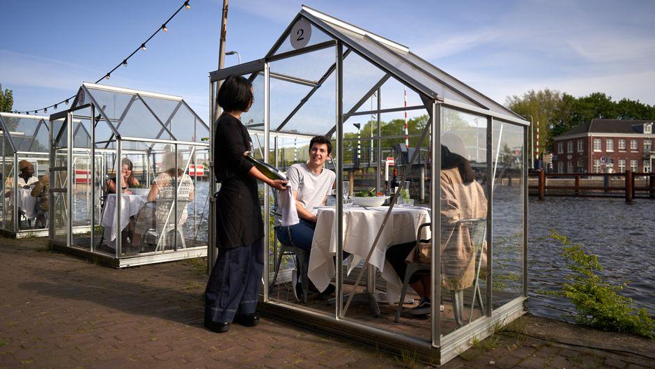 Sicherheitshalber bleibt die Bedienung im Mediamatic in Amsterdam außerhalb der Kabine.