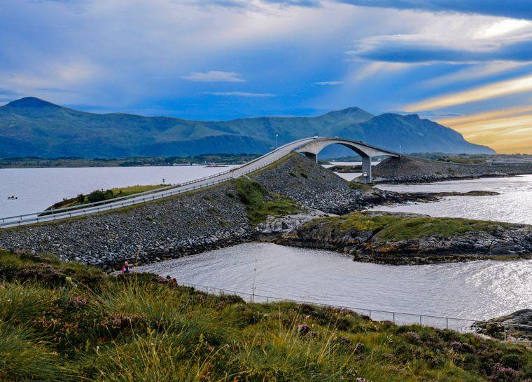 Blick auf die weit geschwungene Storseisund-Brücke, die längste und spektakulärste der sieben Atlantikweg-Brücken an der nowegischen Atlantikküste.