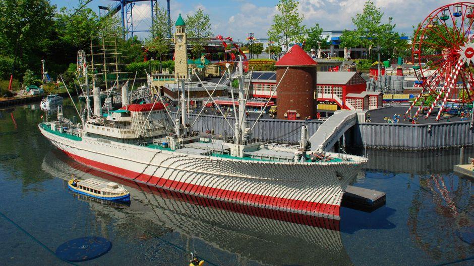 Ein Lego-Schiff legt an im Modell vom Hamburger Hafen im Legoland Deutschland in Günzburg.