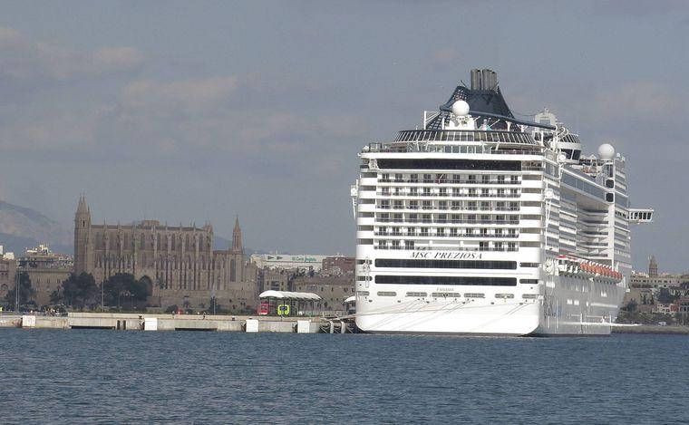 Kreuzfahrtschiff vor der Kathedrale von Palma – wie wird von Kreuzfahrt-Touristen regelmäßig überrannt.