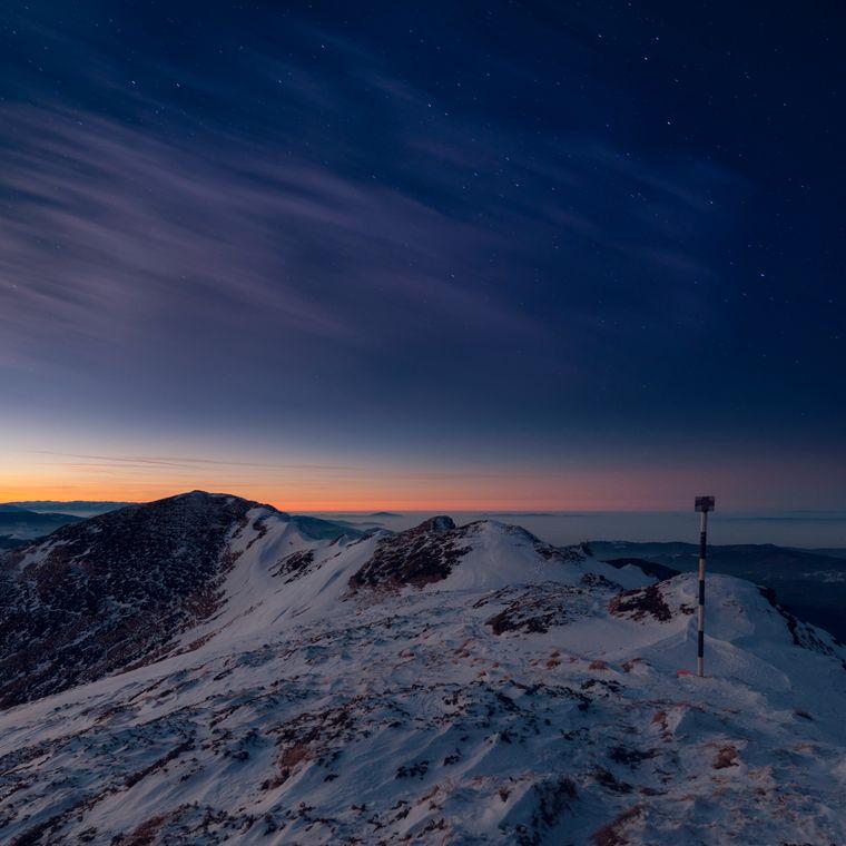 Die schneebedeckte Spitze des rumänischen Berges Ciucaș in den Karpaten.