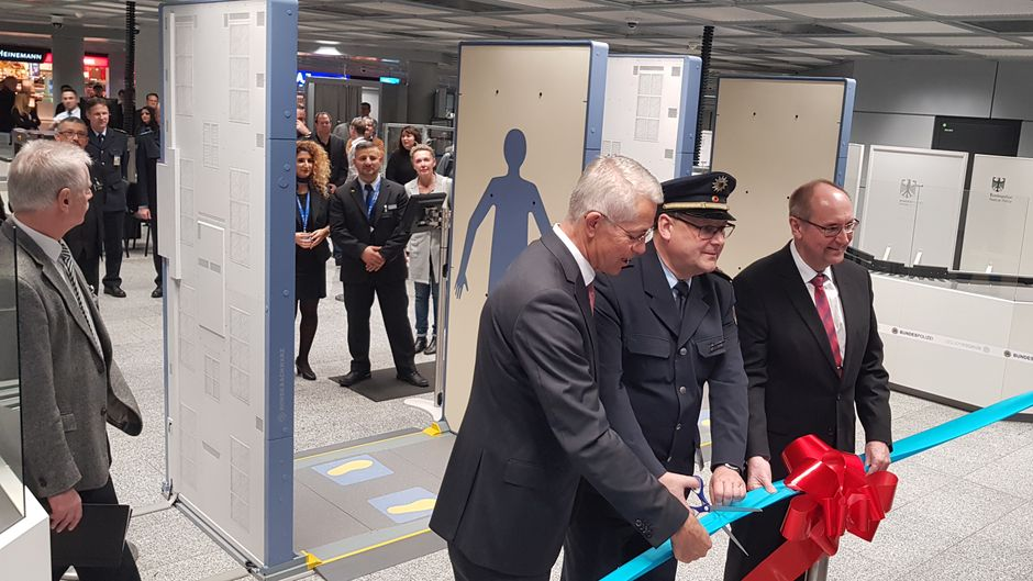 Dr. Stefan Schulte, Vorstandsvorsitzender der Fraport AG, Andreas Jung, Präsident der Bundespolizeidirektion Flughafen Frankfurt am Main, und Rainer Henkel, Direktor Technologie der Firma Smiths Detection (von links) eröffnen die neuen Kontrollspuren.