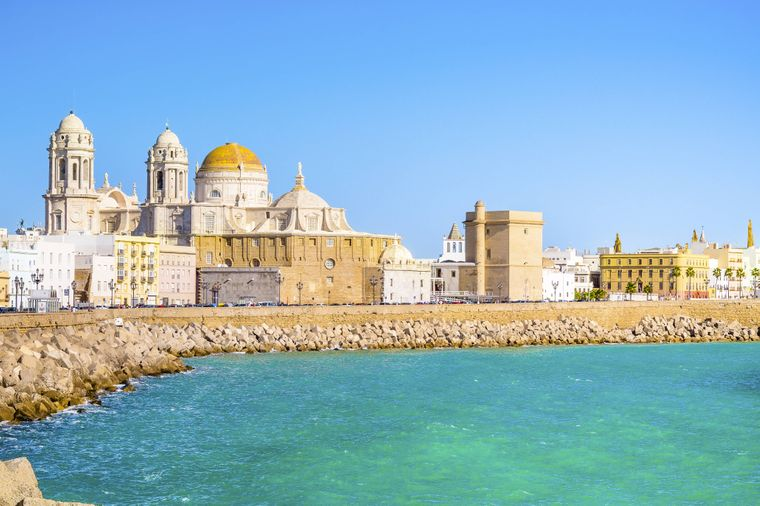 Blick von der Küste auf die Stadt Cádiz mit Kathedrale in Andalusien.