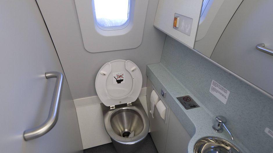 Die Bordtoilette ist nicht unbedingt der schönste Ort in einem Flugzeug.