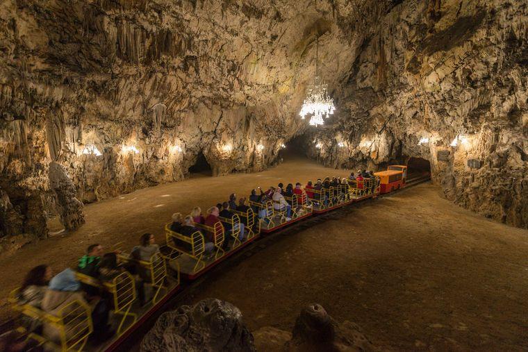 Einen Abstecher in die Unterwelt lohnen die Höhlen von Postojna mit ihren prachtvollen Tropfsteingebilden, die sich über Jahrmillionen gebildet haben. Besucher fahren mit dem Zug hinein.