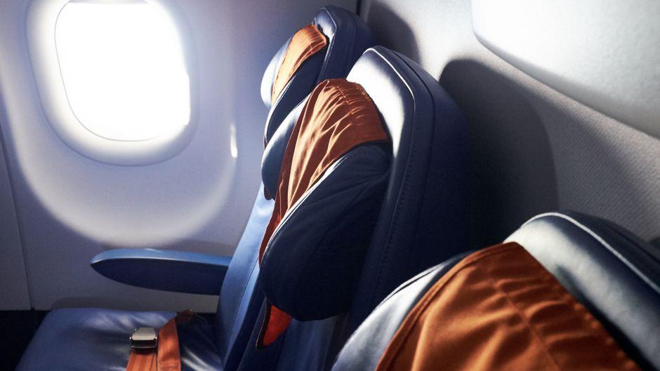 Leere Sitzreihe in einem Flugzeug.