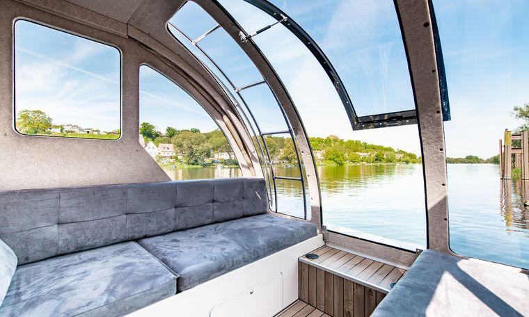 Durch Panoramafenster haben Urlauber einen freien Blick aufs Wasser oder aufs Land.