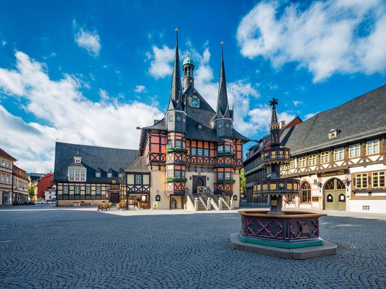Marktplatz, Marktbrunnen und historisches Rathaus in Wernigerode im Harz.