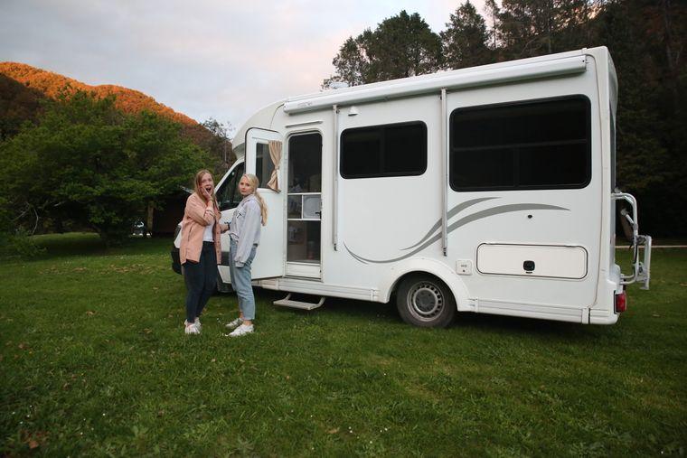 Jane und Julia auf einem Wildniss-Campingplatz im Norden der Südinsel von Neuseeland.