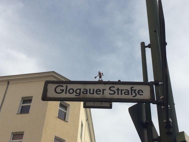 An der Glogauer Straße Ecke Reichenberger Straße turnt ein Street-Yogi. Wie lange er dort posieren wird oder posierte, weiß man nicht.