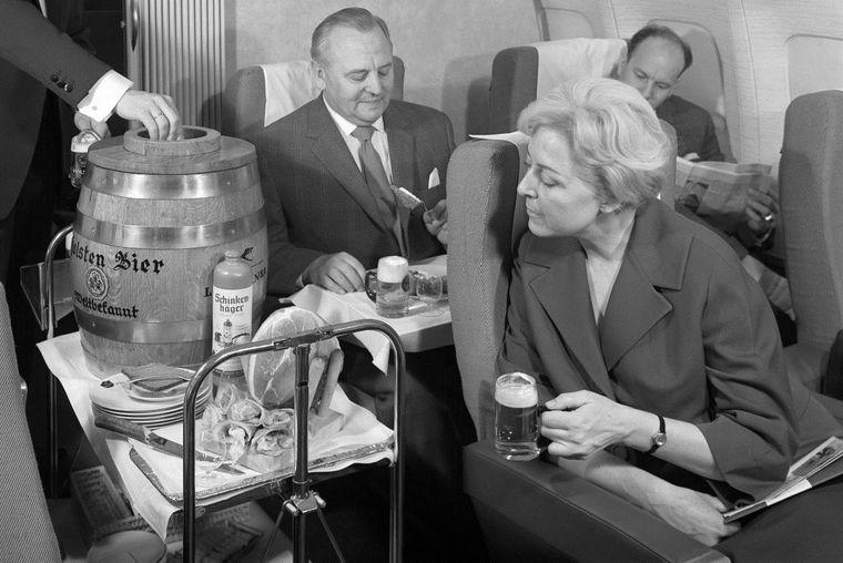Keine neue Idee: Bereits in den 60ern wurde bei der Lufthansa frisch gezapftes Bier an Bord der Flugzeuge serviert.