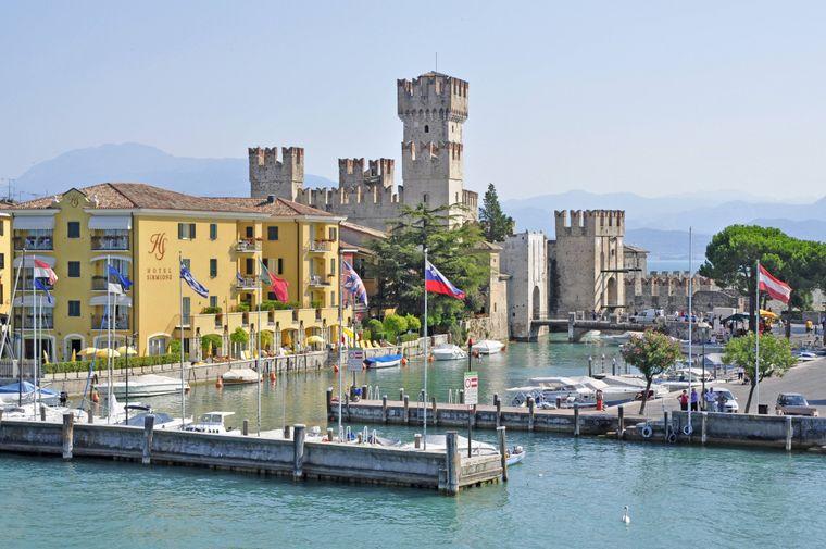 Sirmione gehört zu den beliebtesten Badeorten am Gardasee in Italien.