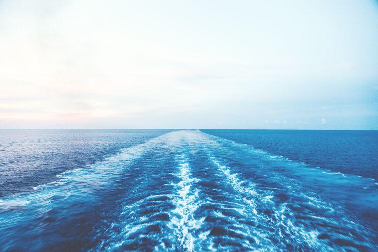 Bootswellen auf dem Meer.