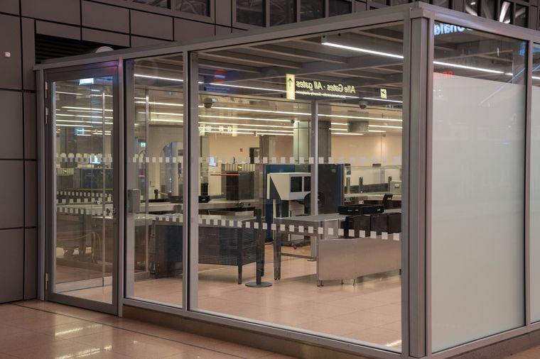 Geschlossene Sicherheitskontrolle am Hamburger Flughafen. Dort streikt das Sicherheitspersonal 24 Stunden lang.
