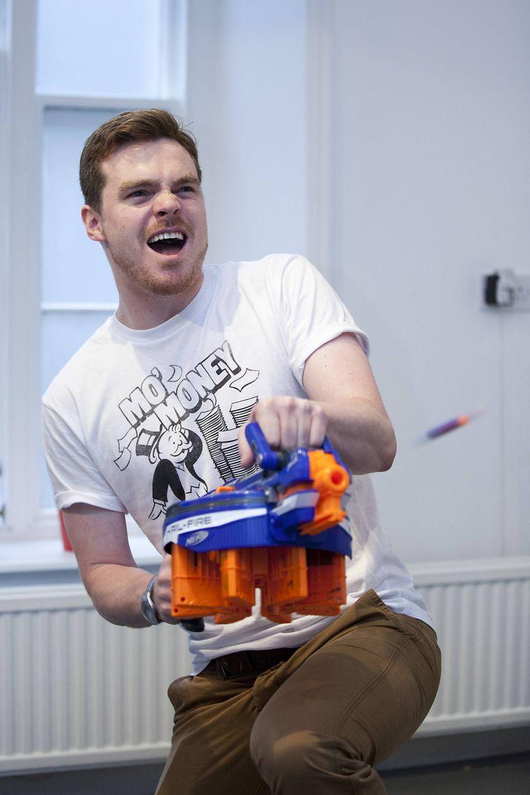 Mann mit Nerf-Gun.