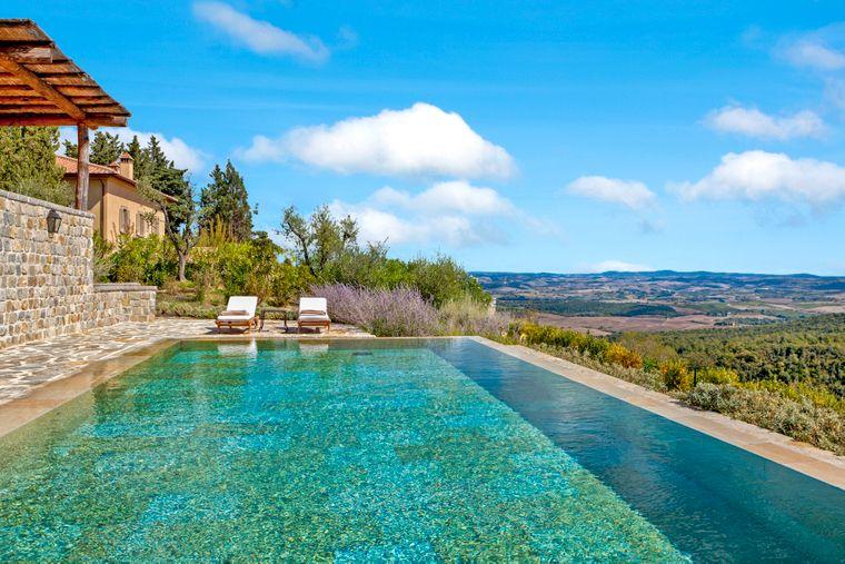 Vom Pool dieser Villa aus hast du einen tollen Ausblick auf die Landschaft der Toskana.