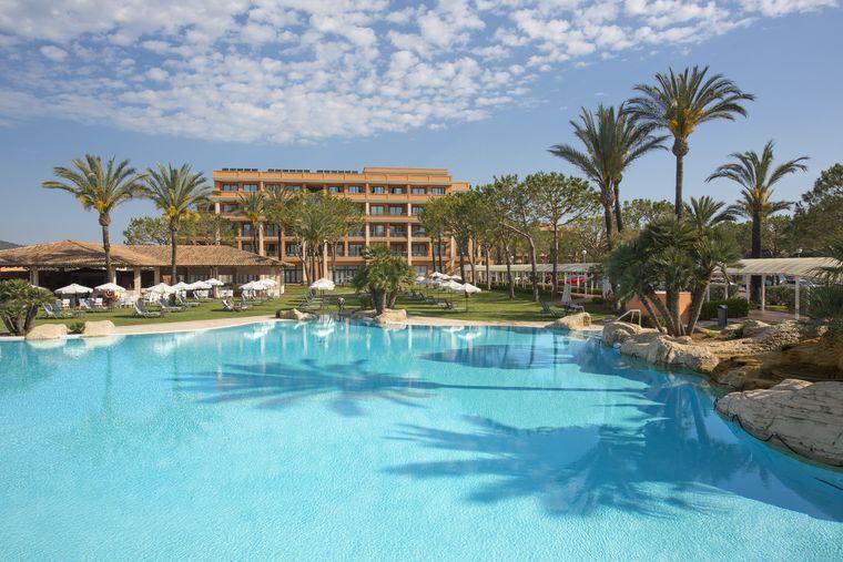 Nur wenige Minuten vom Sandstrand entfernt bietet sich das Fünf-Sterne-Hotel ideal für einen entspannten Badeurlaub auf Mallorca an.