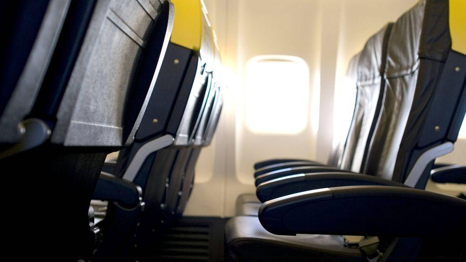 Ein Ehepaar sollte sich auf Sitzplätze mit Erbrochenem setzen. (Symbolfoto)