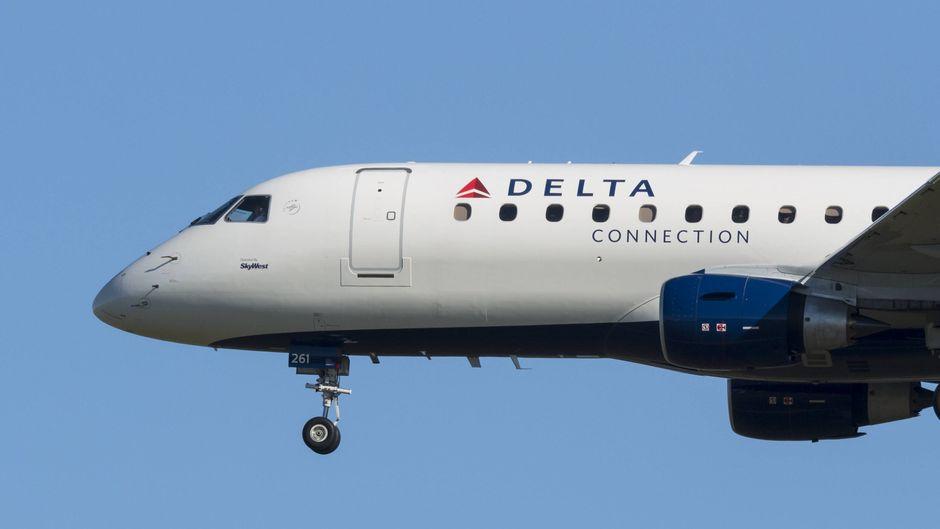 Ein Flugzeug von Delta Airlines hebt ab.