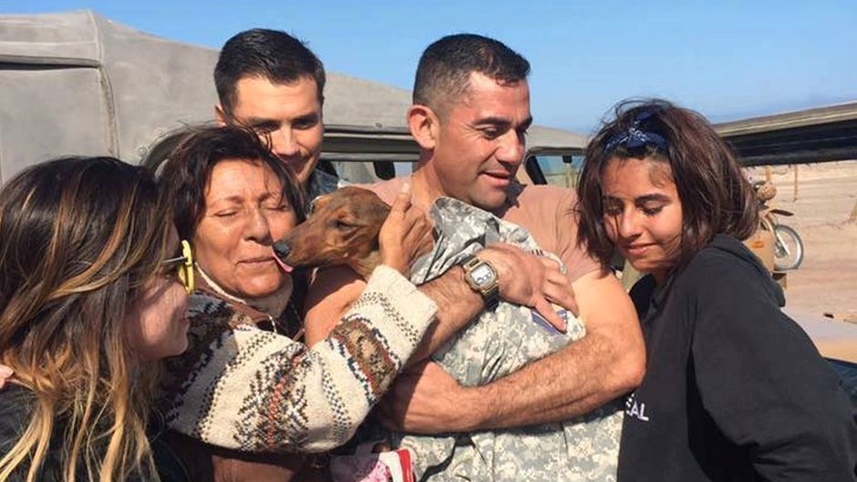 Offiziere der chilenischen Luftwaffe übergeben Gaspar seiner erleichterten Familie in Iquique, Chile.