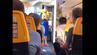 Passagier bei Ryanair-Flug nach Hamburg gibt die Sicherheitseinweisung als Stewardess verkleidet.