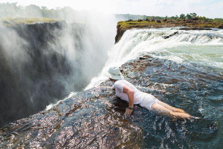 Der Devil's Pool liegt am Rande eines Wasserfalls.