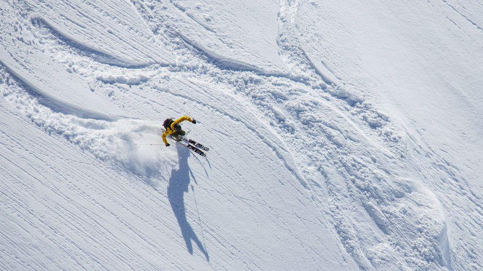 Freeskier im Pulverschnee abseits der Piste am Gletscher Titlis in Engelberg.