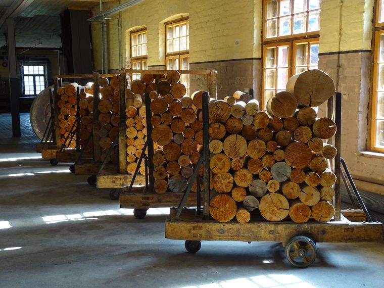 Als wäre die Zeit stehen geblieben: Im Museum der ehemaligen Holz- und Kartonfabrik Verla, die seit 1996 zum Unesco-Welterbe zählt, scheinen die Arbeiter nur eine kurze Pause zu machen.