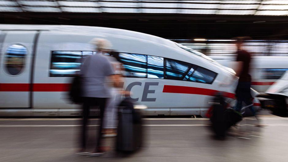 Ein ICE fährt im Kölner Hauptbahnhof ein.