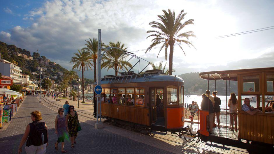 Strand oder Straßenbahn? In Port de Sóller kannst du beides haben.
